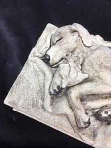 Tierurne mit Schlafendem Hund